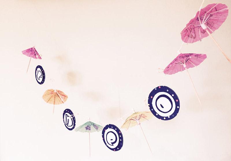DIY Girlande aus Cocktail-Schirmchen
