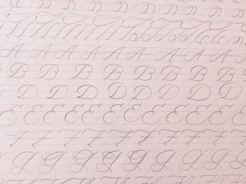 Handlettering-lernen_Grossbuchstaben-mit-Bleistift-ueben