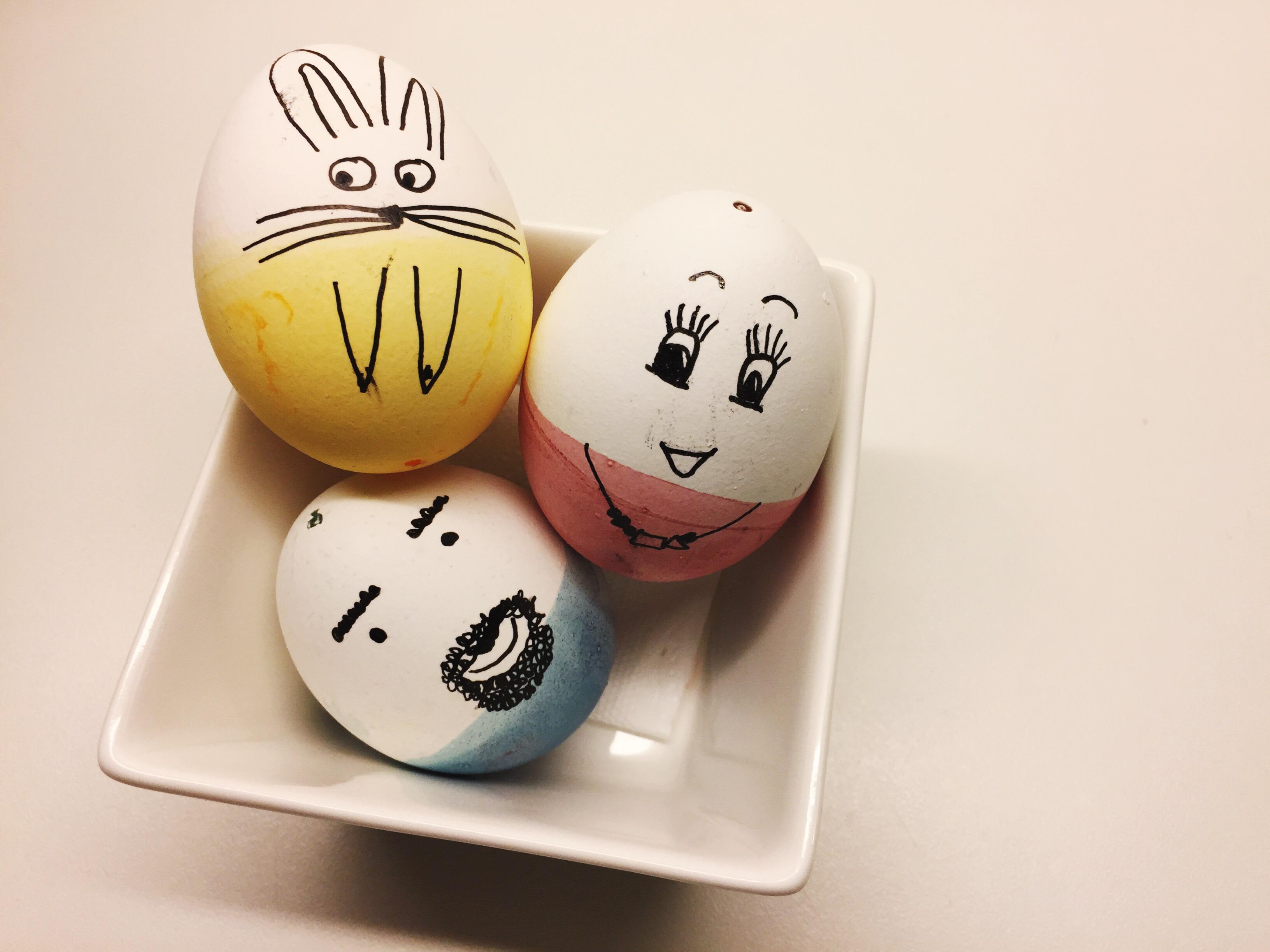 Ostereier bemalen | Mit kleinen Doodle-Gesichtern süße Eierkollegen zaubern